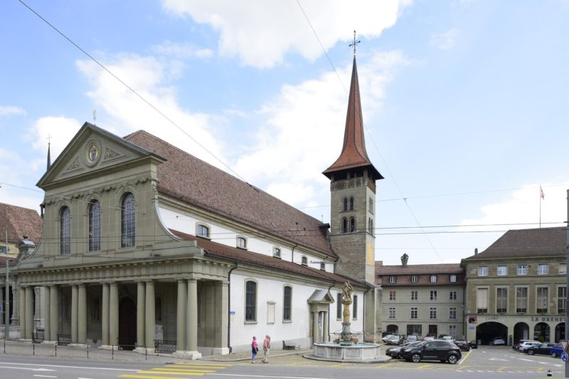 La basilique de Fribourg. Le porche néoclassique est similaire à ceux que l'on peut trouver à la basilique de Lausanne ou à la cathédralede Genève.