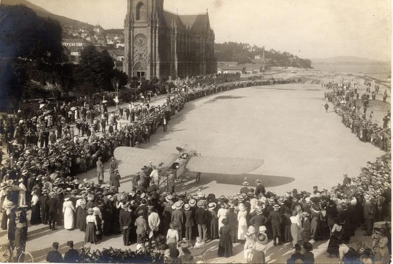 photo d'histoire datant de 1913 avec l'atterrissage d'Oskar Bider à côté de la basilique.