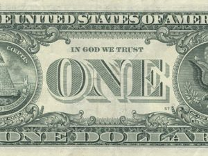 Un billet d'un dollar avec la devise « In God We Trust » bien en évidence.