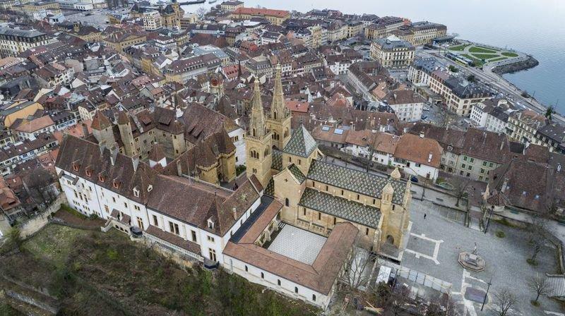 Une vue aérienne de la collégiale, du cloitre et du château de Neuchâtel.
