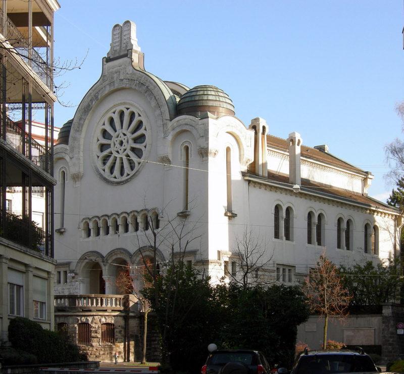 """La synagogue de Lausanne. On peut voir les """"Tables de la loi"""" sur le sommet du porche comme cela se fait très souvent pour un édifice du culte juif."""