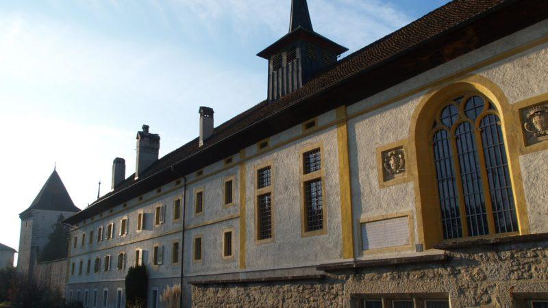 La façade principale bordée par les tours des anciennes fortifications.