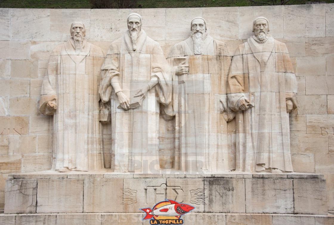 Les quatre statues principales du Mur des Réformateurs en ville de Genève. Calvin est le deuxième depuis la gauche.