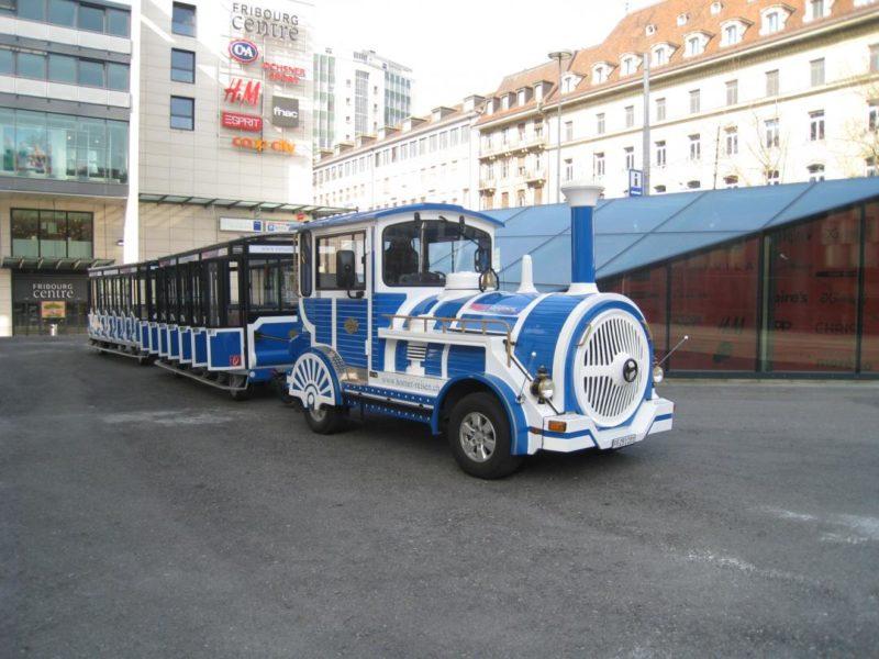 Le petit train touristique de Fribourg à son point de départ à l'arrêt Equilibre.