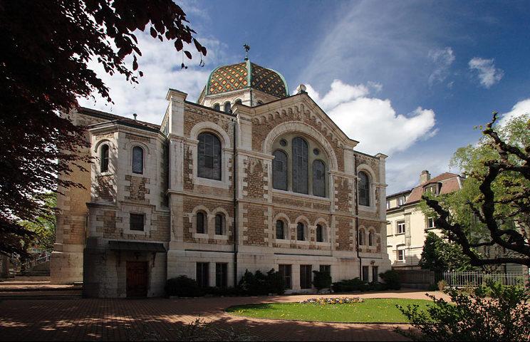 La synagogue à l'opposé de l'entrée.