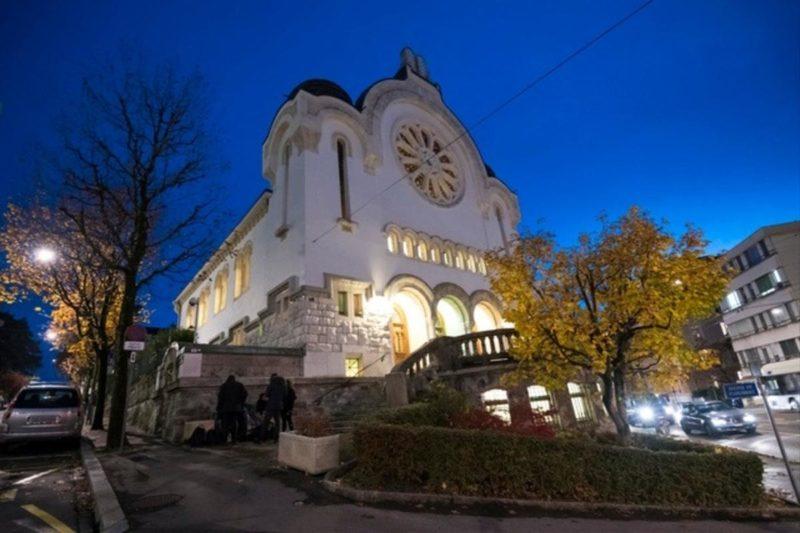 La synagogue joliment éclairée à l'occasion des 80 ans de la Nuit de Crystal.