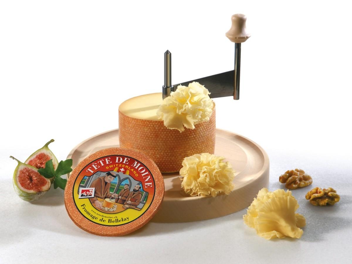 """La fameuse """"Tête de moine"""" avec l'appareil appelé girolle qui permet de faire des rosettes de fromage."""