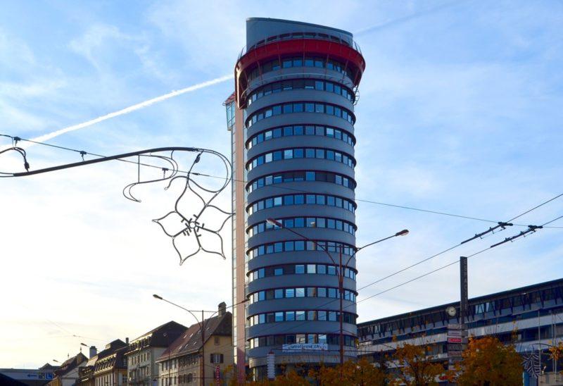 La tour cerclée d'une ceinture rouge à l'endroit où se trouve le belvédère.