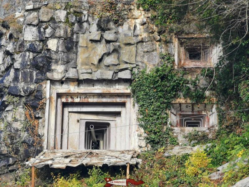 L'extérieur du canon anti-char. Quand le fort était en service, la sortie du canon était dissimulée par un cache que l'on voit déplié vers le bas sur la photo.
