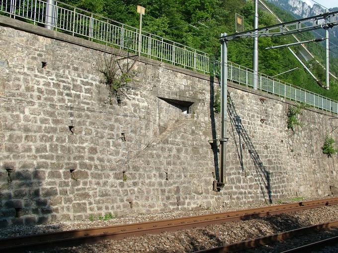 La meurtrière du contre-ouvrage de defense du bunker C4 dans le mur de soutien du chemin de fer
