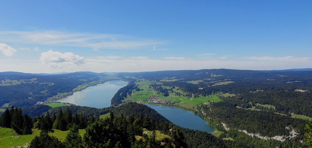 Le lac Brenet sur la droite et le lac de Joux.