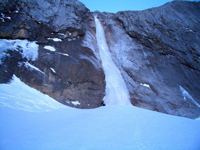La cascade du Dar gelée en hiver. Elle peut être escaladée même à ce moment