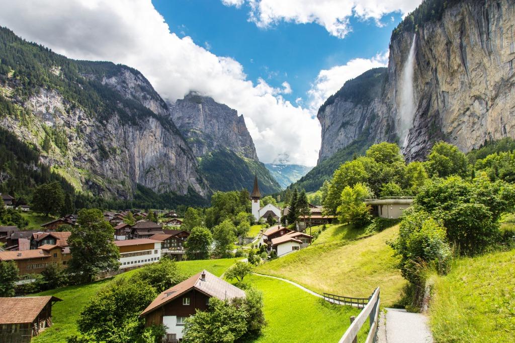 Chutes d'eau de 317 mètres de hauteur au-dessus du village de Lauterbrunnen.