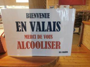 Les valaisans gardent un certain sens de l'humour comme avec cette affiche au restaurant du Pas-de-Maimbré à Anzère.