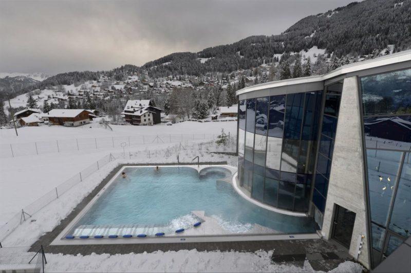Le bassin extérieur en hiver sous la neige. bains de villars