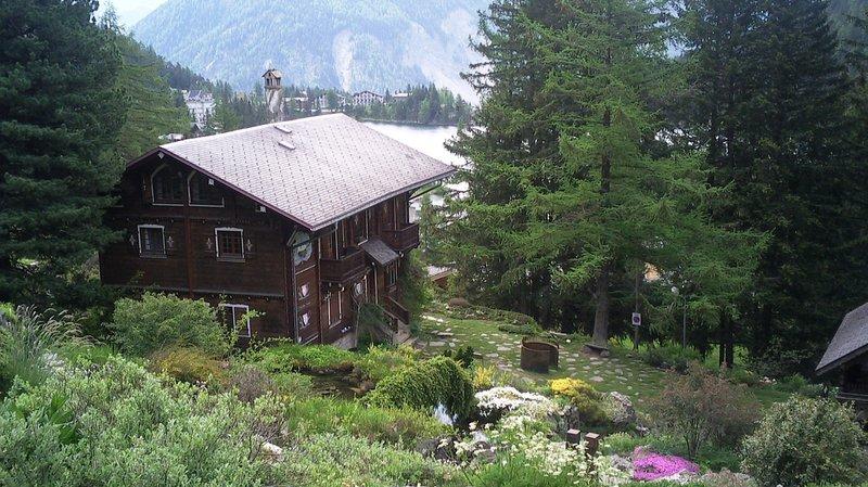 Le jardin alpin de Champex avec le lac en arrière-plan.