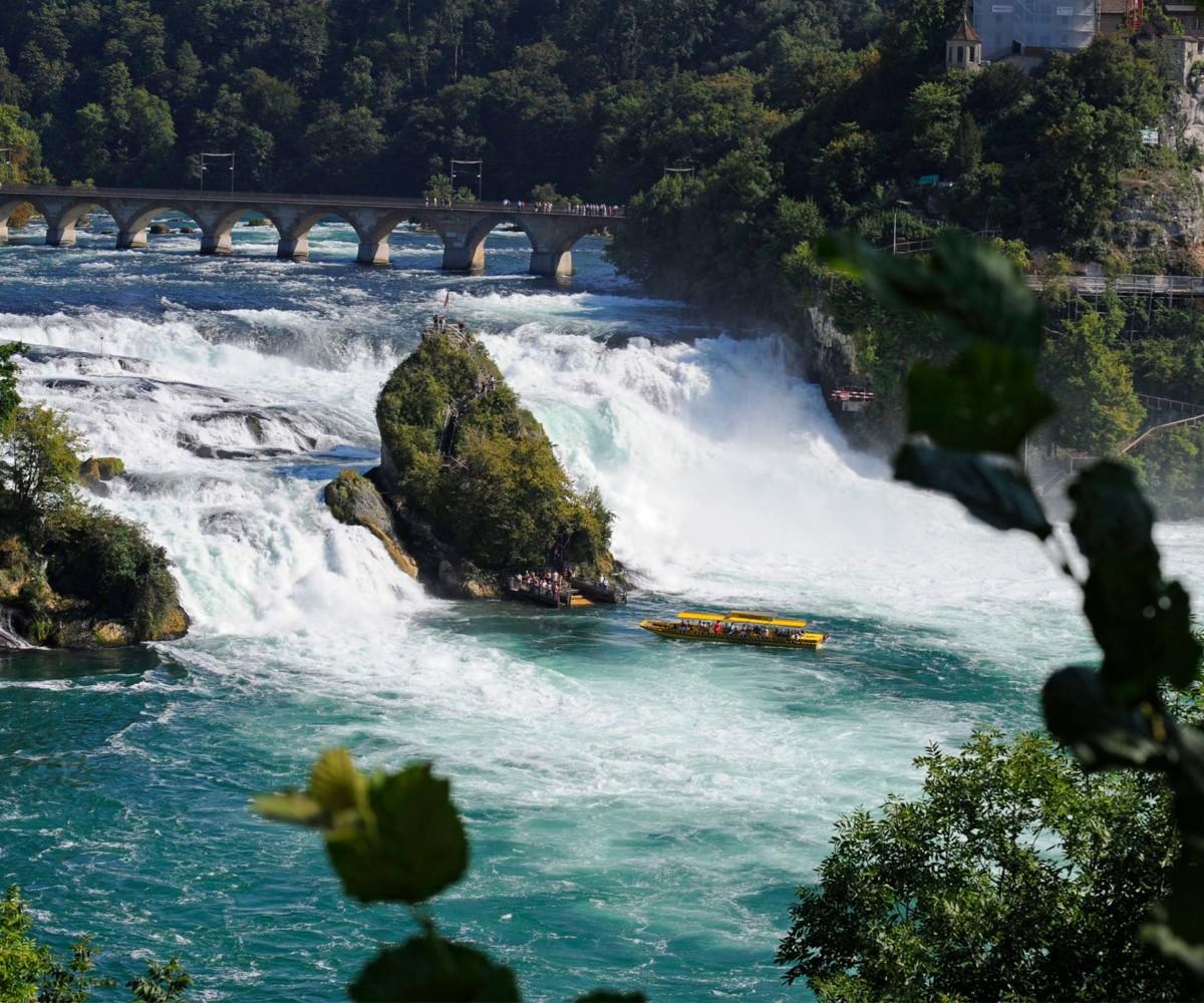 Les Chutes du Rhin. Des bâteaux touristiques permettent de grimper dans le rocher au milieu de la cascade.