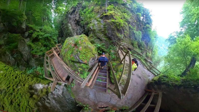 l'escalier qui descend dans la grotte.