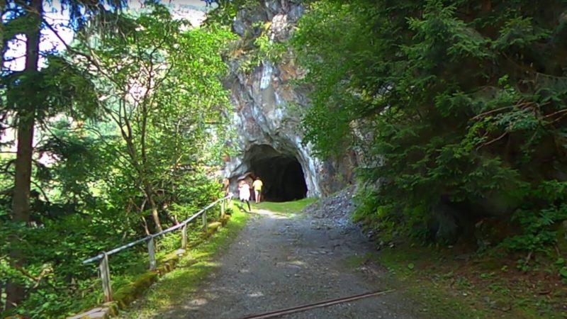 On passe par l'ancien tunnel le long du chemin des diligences qui reliait Chamonix à Martigny