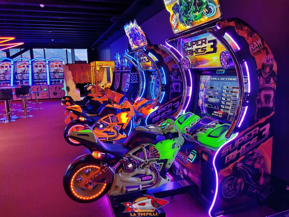 Les jeux d'arcade fluorescents du Fun Planet Rennaz.