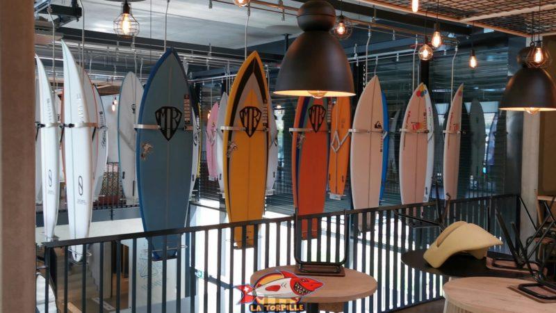 Des planches de surf sur la réception. Alaïa Bay