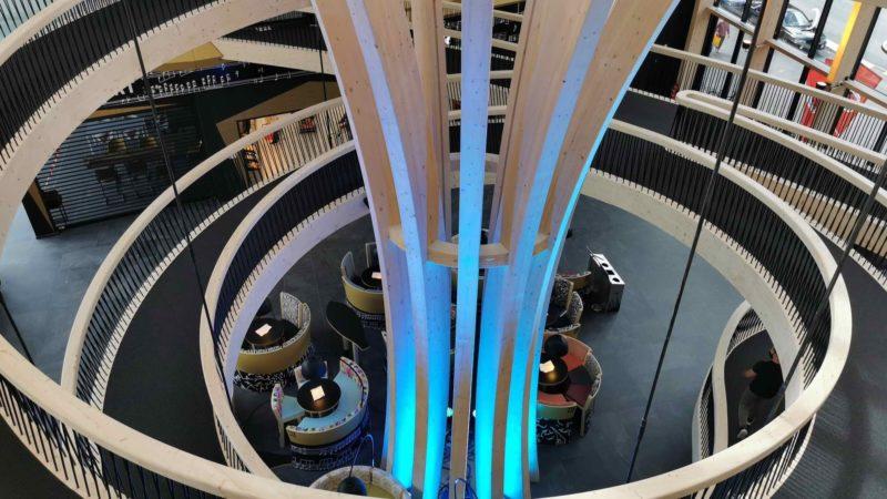 Le magnifique atrium avec ses pont en bois tournant agrémentés de jeux de lumières.