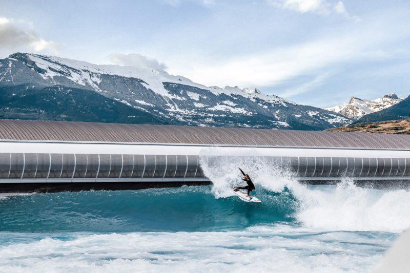 Un surfeur expérimenté au prise avec une haute vague.