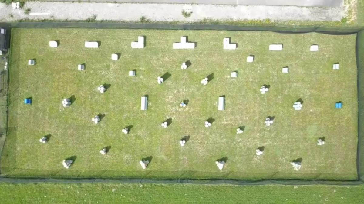Le terrain de paintball vu d'avion. il mesure 30 x 70 m et comprend 40 obstacles.