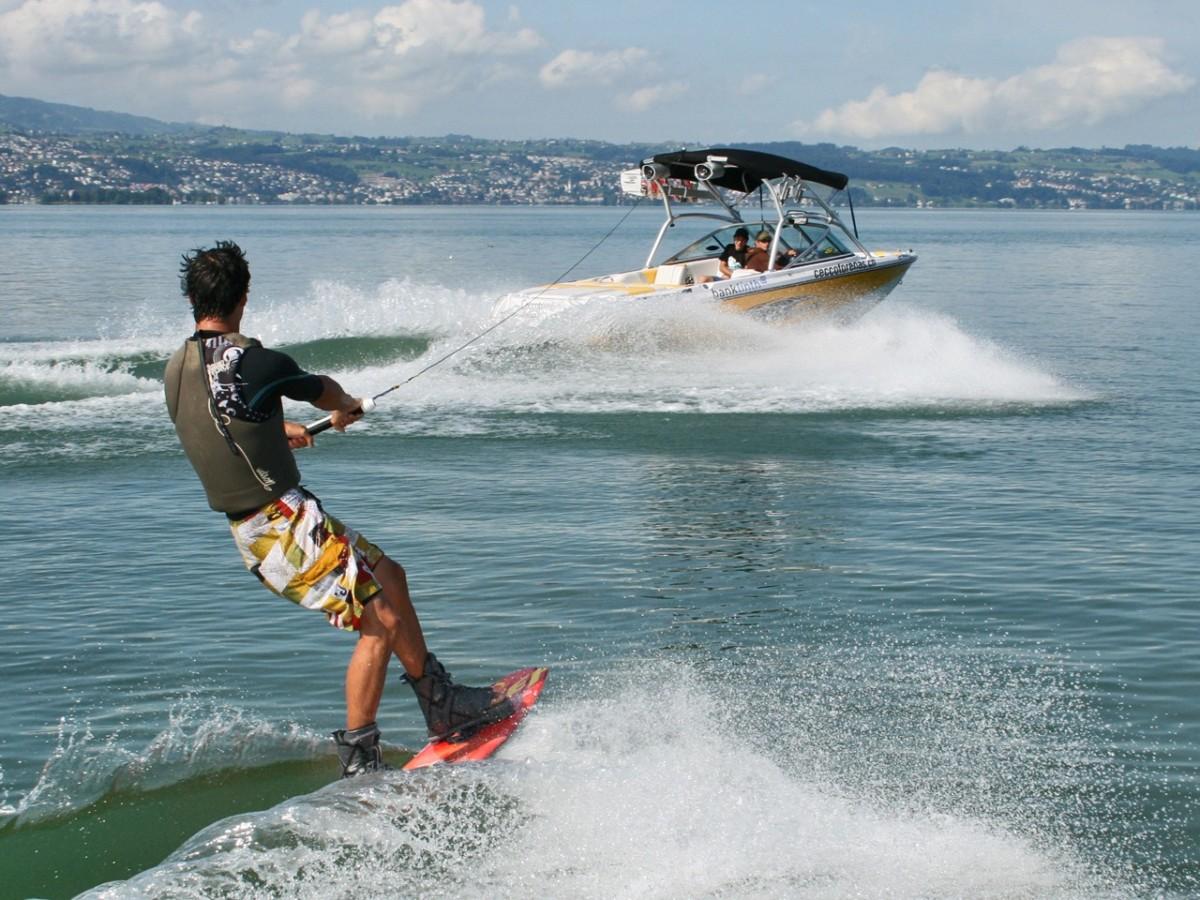 Un pratiquant de Wakeboard sur le lac de Zürich